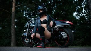 байкерша, мотоцикл, шлем