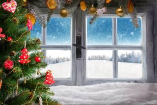 праздник, Новый год, Рождество, окно, зима, снег, елка, украшения, наряд, Игрушки, ветки, хвоя