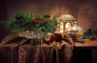 натюрморт, столик, покрывало, корзина, ветки, ель, хвоя, ягоды, шишки, фонарь, вазочка, сладости, Мармелад, праздник, Новый год, Рождество