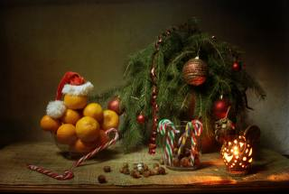 праздник, Новый год, Рождество, стол, мешковина, ветки, ель, елка, украшения, Игрушки, стакан, орехи, конфеты, ваза, фрукты, мандарины, колпак, лампа, Свеча