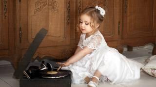 dítě, dívka, dítě, šaty, skříně, přehrávač, deska