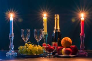 фрукты, шампанское, бокалы, свечи