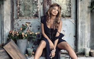 Ева Мендес, актриса, американка, позирует, сидит, смотрит на зрителя, красивая, платье, Ева Мендес, Актриса, Американский, поза, looking at viewer, Красивые, платье