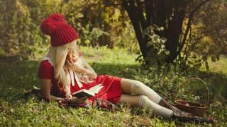 holka, příroda, košík, jablko, červená karkulka, boty, blond, leží, kniha, nožičky, krasna, čte