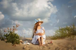 sand, the sky, clouds, vegetation, hat, dress, shell, girl, book, child, Dmitry Usanin