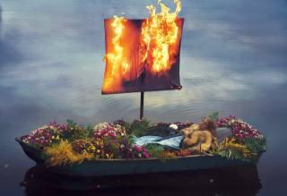 войовниця, Меч, квіти, вітрило, пламя.