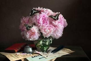 стіл, ваза, квіти, Півонії, метелики, пір'я, папір, книги