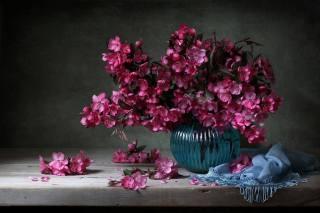 дошка, ваза, гілки, квіти, хустка, бахрома