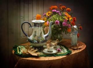 Ковалёва Светлана, stolek, ubrus, ubrousek, poháry, kávovar, káva, listy, váza, květiny, бархатцы, podzim, figurka, soška, dívka