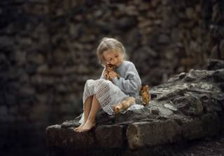 Силина Елена, child, girl, barefoot, barefoot, stones, animals, kittens, the cubs