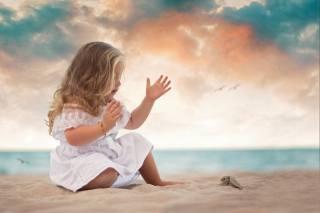 песок, море, берег, платье, девочка, малышка, ребёнок, черепашка, черепашонок, Daniela Gabay