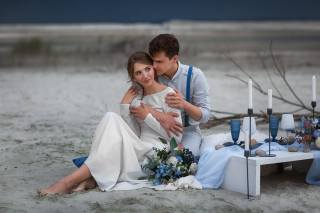 girl, bouquet, dress, hugs, guy, lovers, table, serving, glasses, candles, stones, Бармина Анастасия, Анастасия Бармина
