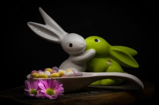 праздник, пасха, цветы, хризантемы, ЯЙЦА, ложка, фигурки, кролики