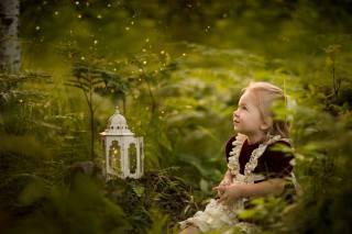 Anneli Rose, dítě, dívka, šaty, příroda, tráva, zeleň, svítilna