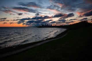 město, pobřeží, voda, západ slunce
