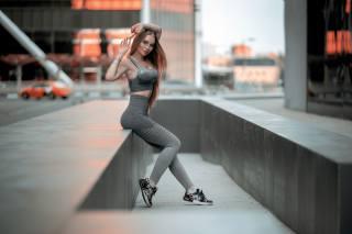 фитнес, размытый фон, шатенка, поза, руки, униформа, ноги, кроссовки, девушка
