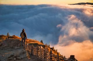 хмари, паркан, чоловіки, куртка, рюкзак, шапка