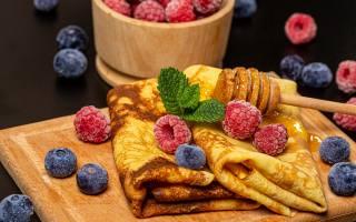 млинці, десерт, ягоди, малина, лохина, мед, м'ята