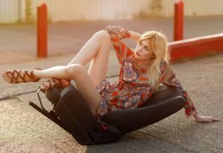 блондинка, крісло, поза, сукню, ноги