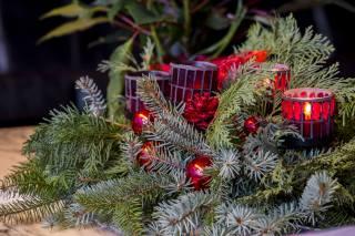 свято, Новий рік, Різдво, гілки, хвоя, ялина, Композиція, декор, Іграшки, прикраси, свічки, Кулі