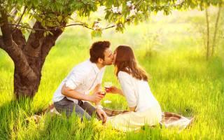 парень, девушка, ПАРА, влюблённые, романтика, поцелуй, бокалы, вино, природа, трава, дерево, подстилка