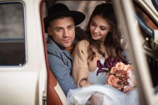 машина, девушка, цветы, букет, шляпа, шатенка, парень, Автомобиль, невеста, свадьба, локоны, жених, Анастасия Бармина, Бармина Анастасия