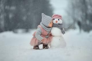 дитина, дівчинка, малятко, зима, сніг, сніговик, секрет
