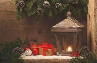 свято, Новий рік, Різдво, декорація, дошки, гілки, ялинка, ялина, хвоя, шишки, ліхтар, Іграшки, ягоди