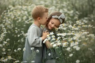 дети, мальчик, девочка, парочка, объятия, природа, поле, цветы, ромашки