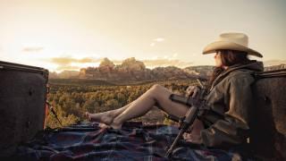 дівчина, зброя, гори
