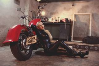 мотоцикл, дівчина, гараж