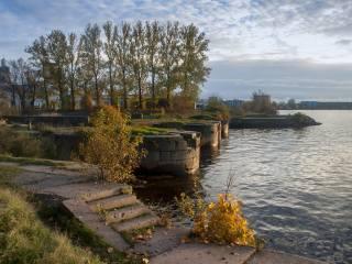 město, řeka, stromy, podzim