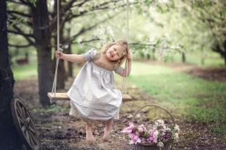 Marta Obiegla, дитина, дівчинка, малятко, боса, босоніж, сукню, природа, весна, сад, дерева, цвітіння, гойдалки, кошик, квіти